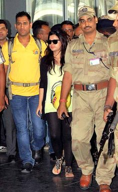 Chennai Super Kings Captain M.S. Dhoni with his wife Sakshi arrives in Kolkata to play IPL 6 final match. ■ Photo: PTI