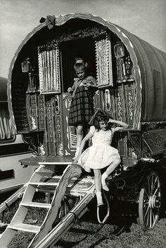Horse Fair - Amber Collection Caravan Gypsy Vardo Wagon: A wagon. MoreCaravan Gypsy Vardo Wagon: A wagon. Gypsy Trailer, Gypsy Caravan, Gypsy Wagon, Bohemian Gypsy, Gypsy Style, Hippie Style, Des Femmes D Gitanes, Gypsy People, Gypsy Culture