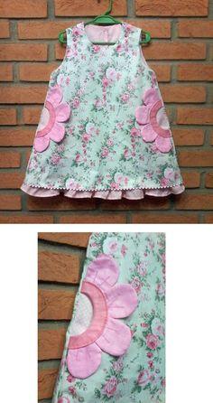 Trapézio com bolso embutido e detalhe em flor e babado  costurado no forro....