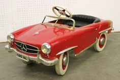 A vintage children toy pedal car : Lot 137