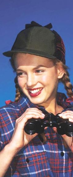 1946: Marilyn Monroe – Norma Jeane – modelling hunting clothing plus binoculars …. #marilynmonroe #pinup #monroe #marilyn #normajeane #iconic #sexsymbol #hollywoodlegend #hollywoodactress #1940s
