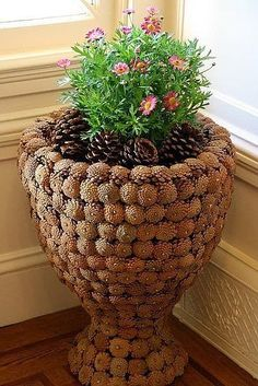 Из шишек ~~planter covered with pine cones~~Érdemes neked is begyűjteni annyit, amennyit csak tudsz!Pine cone pots and Craftsszyszki na Stylowi.I'm happy it's that time of year when pine cones fit the season and decor. Pine Cone Art, Pine Cone Crafts, Pine Cones, Diy Home Crafts, Garden Crafts, Garden Art, Diy Garden, Art Crafts, Decoration Christmas