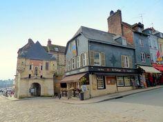 France, la porte de Caen et la Lieutenance du 13ème siècle de la ville de…