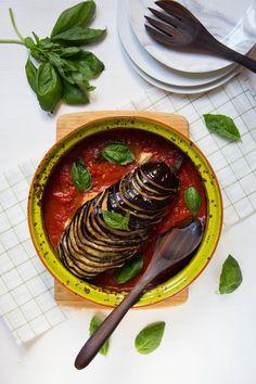 Berenjenas asadas con tomate, queso y albahaca | Cocina
