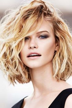 Jessica biel hair cuts and styles in 2019 thick blonde hair, short wavy hai Blonde Hair With Bangs, Blonde Hair Makeup, Blonde Hair With Highlights, Wavy Hair, Short Curly Bob, Short Hair Cuts, Short Hair Styles, Chic Hairstyles, Hairstyles With Bangs