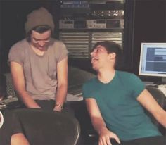 one direction, louis tomlinson and Harry Styles image on We Heart It Larry Stylinson, Members Of One Direction, One Direction Pictures, Style Zayn Malik, Larry Gif, Louis Y Harry, Glee, Foto One, Larry Shippers