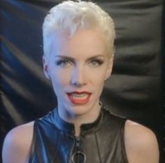 Annie Lennox in closely cropped blonde hair and full makeup. Edgy Short Hair, Celebrity Short Hair, Short Hair Cuts, Short Hair Styles, Pixie Cuts, Choppy Haircuts, Pixie Hairstyles, Pixie Haircut Gallery, Pixie Geldof
