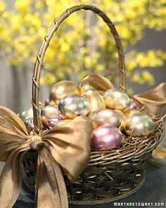 Gilding Eggs - Martha Stewart Crafting Very class Easter decoration. Hoppy Easter, Easter Bunny, Easter Eggs, Easter Crafts, Holiday Crafts, Easter Decor, Easter Ideas, Easter Parade, Easter Celebration