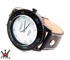 Ανδρικό ρολόι  σε λευκό και μαύρο χρώμα.  Λουράκι σε μαύρο χρώμα με λευκές ραφές, από δερματίνη. Καντράν  45 mm.