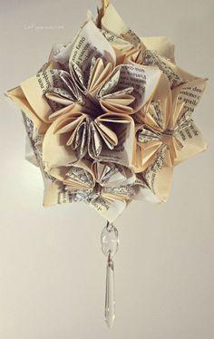 Un video tutorial completo e dettagliato per creare con facilità una romantica decorazione di carta composta da un incastro perfetto di fiori origami.
