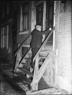Porder Ome Jan (J.H. Waart) uit de Palmstraat heeft nog maar een paar klanten die vroeg gewekt moeten worden en verdient daar een kwartje (25 cent) tot 6 stuivers (30 cent) per week mee, Palmstraat 72, Amsterdam, 15 november 1947 Foto Ben van Meerendonk