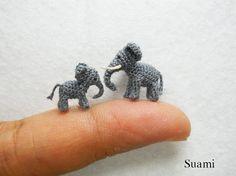 Extreme Tiny Elephants - Micro Mini Amigurumi Crochet Miniature Tiere - Satz von Zwei Elefanten Vati und Sohn - auf Bestellung