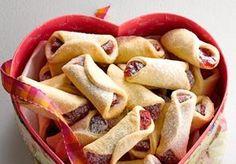 O biscoito goiabinha, também chamado de beliscão, vai muito bem na noite de Natal! Faça para seus convidados Cookie Recipes, Snack Recipes, Dessert Recipes, Snacks, Desserts, I Chef, Good Food, Yummy Food, Pastel