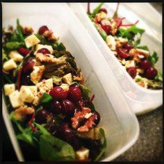 Recept voor salade met jonge kaas, druiven en walnoten.