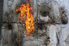 Monobrow é um artista de rua que não utiliza spray ou tinta para fazer suas obras. Nascido na Rússia, ele cria retratos de soldados que lutaram por seu país em painéis de madeira cobertos com gasolina ou gases. Depois de tudo pronto, ele arremessa um coquetel molotov, líquido altamente inflamável.