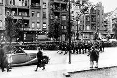 Jewgeni Chaldej, der das weltberühmte Reichstagsfoto machte, fotografierte marschierende Rotarmisten Anfang Mai 1945 auf der Prenzlauer Allee / Ecke Stargarder Straße