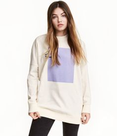 Natural white. Slightly longer sweatshirt with a printed design. Dropped shoulders, long sleeves, and ribbing at neckline, cuffs, and hem. Soft, brushed