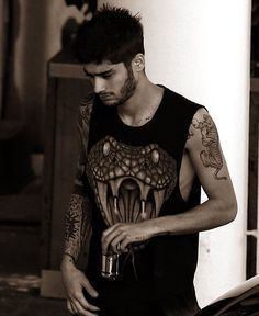 I'm Zayn 23 and single I used to be in the band one direction we all know what happened there. I'm very quiet and often found drawing.