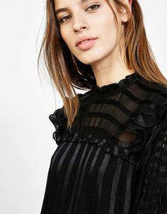 Blusa estilo vitoriano folhos. Descubra esta e muitas outras roupas na Bershka com novos artigos cada semana