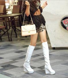 Risultati immagini per giovane donna piedi stivali sporchi