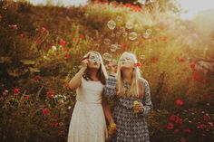 We all dream about having a bf picture like this ✌ #goals #bf #bestfriend #pictures #field #gold #red #flower #flowers #bubbles #soapbubbles #sunshine #summer