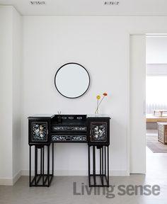 젊은 디자이너가 꾸민 한옥을 닮은 집 : 네이버 포스트 Style At Home, Cozy Corner, Traditional Furniture, Ideal Home, Entryway Tables, Furniture Design, Sweet Home, House Design, Living Room