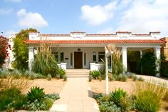 I saw this beautiful Spanish home with a Craftsman influence in Los Feliz yesterday. Built in 1921, the residence has been nicely…