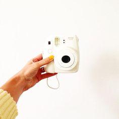 Foto's maken op de poloroid manier? Wij hebben nu in de webshop alle kleuren camera's en het fotopapier op voorraad. Bedankt voor je foto Nienke.