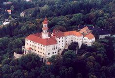 Náchod castle Bohemia Lynda Barry, Fantasy World, Czech Republic, Castles, Mansions, House Styles, Bohemia, Wonders Of The World, Chateaus