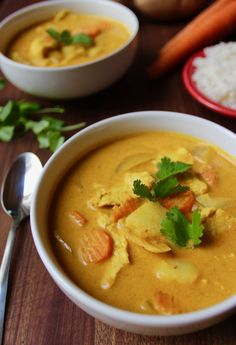 Authentischer thailändischer gelber Curry mit Huhn Making this authentic Thai yellow curry recipe is like taking a trip to Thailand, but without the jet lag and the expensive plane ticket. This Thai yellow curry is creamy, spicy, and healthy. Thai Curry Recipes, Asian Recipes, Ethnic Recipes, Turkish Recipes, Authentic Thai Yellow Curry Recipe, Authentic Thai Recipes, Thai Curry Soup, Curry Ramen, Gastronomia
