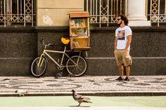 bicicleta-livraria Pé de Letra com livros artesanais cartoneros