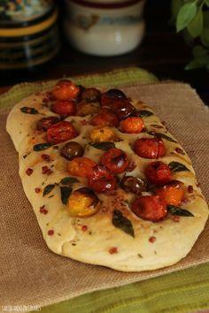 Para los amantes de la cocina italiana, esta focaccia con tomates cherry. Fácil, tierna y deliciosa. Cheese Recipes, Cooking Recipes, Bread Shop, Good Food, Yummy Food, Pan Bread, Savory Snacks, Empanadas, Food Dishes