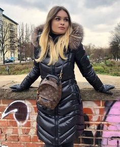 Put on OUTDOOR down crammed parkas, standard down parkas in many diffrent different colors. Winter Mode Outfits, Winter Fashion Outfits, Coats For Women, Jackets For Women, Clothes For Women, Moncler Jacket Women, Mode Mantel, Cozy Fashion, Women's Fashion