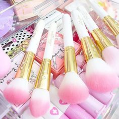 Beautiful glam brushes by the lovely @slmissglam ✨✨ you definitely need both…