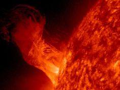 Mooie grote zonnevlam. Zal wel warm geweest zijn daar, en op aarde wat extra noorderlicht hebben opgeleverd.