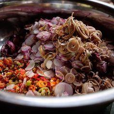 Sambal Mattah - Bali sambal relish shallot, chili padi, torch ginger flowers, kaffir lime juice, fresh coconut oil #sambalmatah #dapurbalimulia #jerochefyudi #desales #tejakula #tasteofindonesia #tasteofbali #FlavorsofIndonesia #bookflavorsofindonesia #acmiid #foodstagram #foodphotography