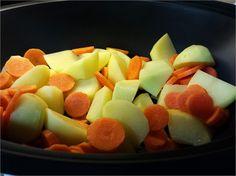 ESTOFADO DE CARNE CON PATATAS Fruit Salad, Mexican Food Recipes, Nba, Potato Recipes, Carrots, Sauces, Beverage, Chicken, Pastries