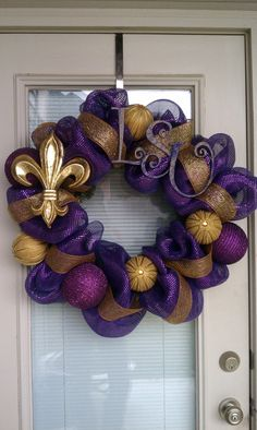 I so need this for my front door - just not sure my husband will let me keep it up since he is a Florida fan!