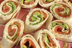 Wraps met zalm,, avocado en rucola verwarm wraps in droge koekenpan. pureer vruchtvlees avocado en besprenkel met citroensap en olijfolie, leg pit terug tegen verkleuren. zout en chilipeper toevoegen. snijd lente uitjes in dunne ringetjes. bestrijk wraps met avocadomengsel en verdeel rucola en zalm en lente ui erover. Rol op en snijd in schuine repen