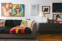 Sala de estar com base neutra e pontos de cores nos acessórios e quadros.