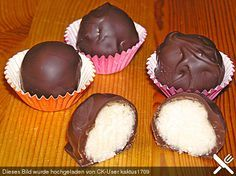 Bounty - Kugeln (Rezept mit Bild) von KäferSandra | Chefkoch.de  100 ml Milch 1 TL Grieß (Hartweizengrieß) 40 g Butter 40 g Zucker 60 g Kokosraspel 100 g Kuvertüre (Halbbitter)   Kokosraspel zum Wälzen