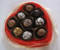 La tentación más dulce es el divino pecado de caer rendidos ante el chocolate , producto elaborado en base al Cacao Bendito , aquel que regala alegría y pequeños grandes momentos de dulzura en plena tristeza .   Aquel oscuro placer que nos brinda energía cuando estamos a punto de desfallecer o el que une lo que una vez se rompio bajo el sello de un bombon , trufa ,tableta , barra , en sus mas diversas y locas formas de presentarlo . Pedidos al 995756524 .
