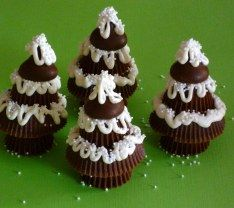 peanut butter cup christmas trees- could put on top of cupcakes Christmas Sweets, Noel Christmas, Christmas Goodies, Christmas Candy, Holiday Baking, Christmas Desserts, Holiday Treats, Christmas Baking, Holiday Recipes