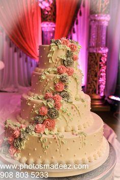 Wedding Cake Photo for Hindu Wedding Reception at the Villa at Mountain Lakes. Hindu Wedding. Gujarati Bride, Gujarati Groom with Horse. Best Wedding Photographer PhotosMadeEz. Award Winning Photographer Mou Mukherjee