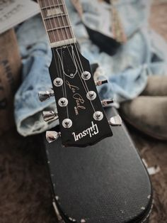 Play Music Easily With These Simple Guitar Tips. Have you had the experience of picking a guitar up and wanting to play it? Have you wondered if you have musical talent? Bass Guitar Lessons, Guitar Tips, Ukelele, Guitar Photography, Easy Guitar, Music Aesthetic, Guitar Tattoo, Belle Photo, Musicals
