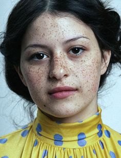 mysuchandsuch:      Alia Shawkat, 2009    most beautiful freckled face