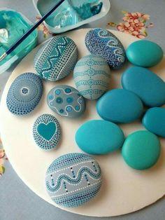 DIY Steine mit Mosaik, Malerei in sanftem Blau mit Punkten