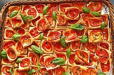 Puff pastry and tomato squares Blätterteig-Tomaten-Quadrate von KarinG Vegan Appetizers, Appetizer Recipes, Smoothies Vegan, Best Homemade Burgers, Healthy Burger Recipes, Clean Eating Soup, Best Pancake Recipe, Tomate Mozzarella, Puff Pastry Recipes