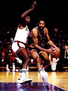 Walt Frazier New York Knicks Oscar Robertson Milwaukee Bucks I Love Basketball, Basketball Pictures, Basketball Legends, College Basketball, Basketball History, Nba Players, Basketball Players, Walt Frazier, Oscar Robertson
