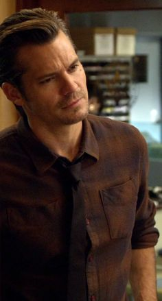 Timothy Olyphant as Raylan Givens in Justified Season 2 Episode 3  -The Dose Makes the Poison-